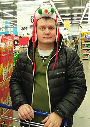 новогодняя шапка на парне