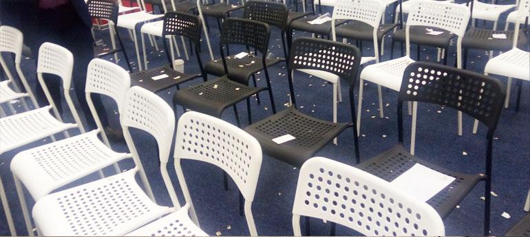 порванные купюры на стульях